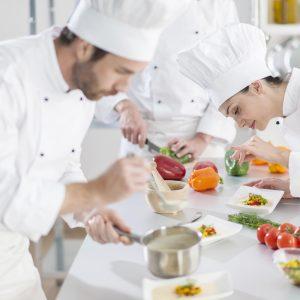 Chefs en pleine préparation en cuisine pour les résidents d'une maison de repos